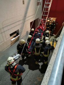 Feuerwehrübung: Retten aus Höhen und Tiefen